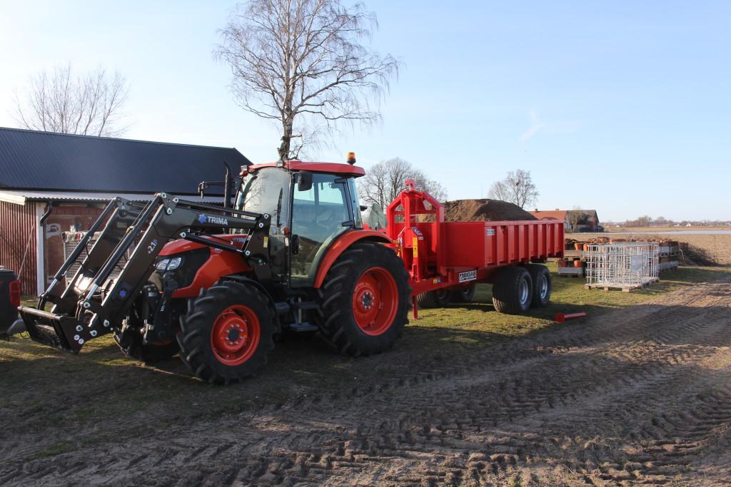 Med vår smidiga traktor kan vi hjälpa till med det mesta. den är utrustad frontlyft och lastare. Vi har även en lastväxlare till traktorn med olika flak. Ett schaktflak för att köra massor med, ett maskinflak till att köra maskiner och material på. fler flak är på gång, som spannmålsflak, containerflak mm. Lastväxlaren lastar 12ton och växlar 10ton